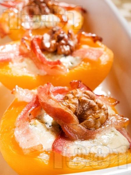 Бързо предястие с праскови, бекон, синьо сирене, мед и орехи - снимка на рецептата